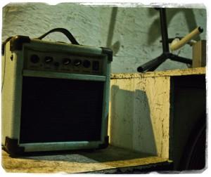 夜の散歩中、某楽器屋さんの前にあったものを撮影