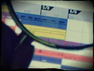 打ち込みアレンジしているモニターを虫眼鏡で見ている図